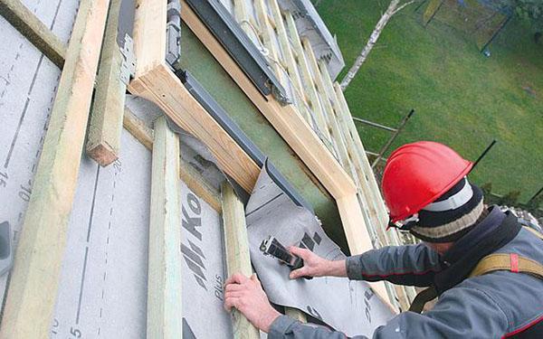 Nowe okna połaciowe do starego dachu: remont poddasza