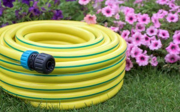 Węże ogrodowe. Jak wybrać wąż do polewania roślin w ogrodzie