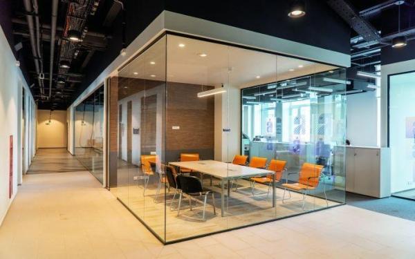 Budowa i akustyka systemów ścianek szklanych